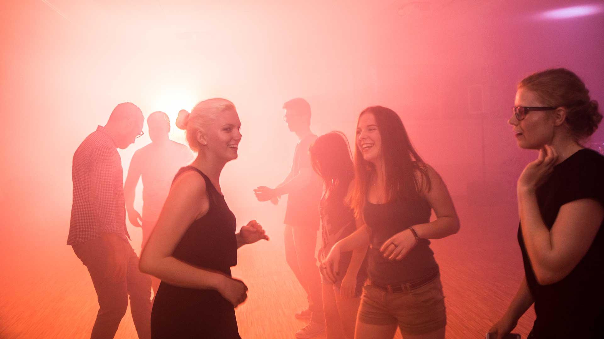 Leute tanzen auf der Motion Night